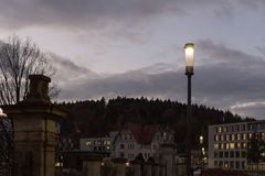 Lumières de ville de coucher du soleil et symboles d'une ville historique comme le vieux remorquage photographie stock libre de droits