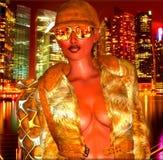 Lumières de ville la nuit, fille de disco Image stock