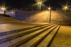 Lumières de ville la nuit sur un grand escalier photos stock