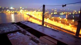 Lumières de ville de nuit se reflétant mystérieusement dans l'eau, vue à partir du bord de pont images libres de droits