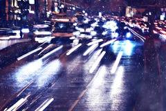 Lumières de ville sur la route d'hiver photo stock