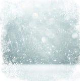 Lumières defocused de bokeh argenté et blanc avec le recouvrement de flocon de neige abrégez le fond image libre de droits