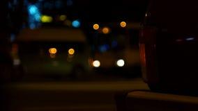 Lumières Defocused de route de nuit et d'une lampe de signal de seule voiture debout banque de vidéos