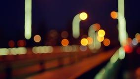 Lumières Defocused des voitures mobiles Le trafic de nuit dans la ville avec le mouvement brouillé L'effet de bokeh Déplacement l banque de vidéos