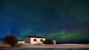 Lumières du nord au-dessus du cottage Paysage d'hiver, Islande Timelapse clips vidéos