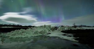 Lumières du nord au-dessus de gamme de montagne banque de vidéos