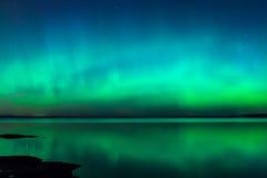 Lumières du nord au-dessus de lac en Finlande Image libre de droits