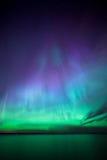 Lumières du nord au-dessus de lac en Finlande Images stock