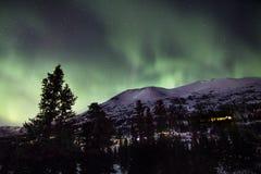 Lumières du nord au-dessus de montagne d'Alaskan de Milou photographie stock libre de droits