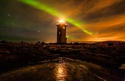 Lumières du nord au-dessus de phare Photo stock
