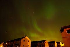 Lumières du nord au-dessus des fermes photographie stock