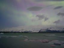 Lumières du nord dans Jokulsarlon, Islande Image libre de droits