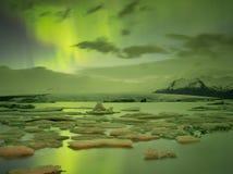 Lumières du nord dans Jokulsarlon, Islande Image stock