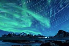 Lumières du nord en Norvège images libres de droits