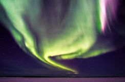 Lumières du nord et étoiles de tourbillonnement au-dessus de lac congelé Photographie stock