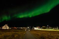 Lumières du nord et ciel de lumière des étoiles au-dessus du règlement avec le livin Image stock