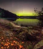 Lumières du nord sur le lac Ladoga photo stock