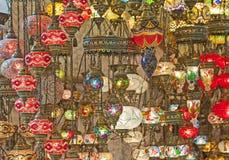 Lumières en verre fleuries à une stalle du marché Images libres de droits