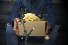 Lumières et cadeaux de Noël photos stock