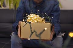 Lumières et cadeaux de Noël images stock