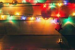 Lumières et globes de Noël d'isolement Photographie stock libre de droits