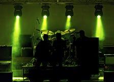 Lumières et groupe de rock d'étape photographie stock libre de droits