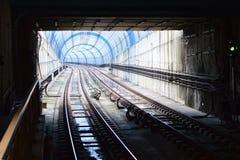 Lumières et ombres dans un tunnel incurvé de métro Photos libres de droits