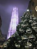 Lumières et ornements de boule sur un arbre de Noël avec des baisses de pluie après pluie le soir Photographie stock