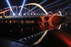 Lumières et réflexions sur le pont Photo stock