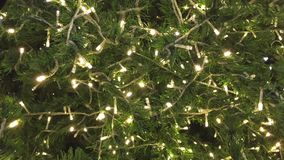 Lumières illuminant des décorations sur l'arbre de Noël banque de vidéos