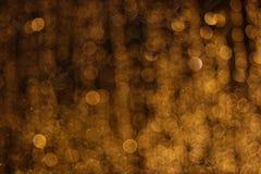 Lumières jaunes de Blured dans l'obscurité photographie stock