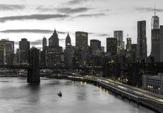 Lumières jaunes de nuit de New York City brillant sur les bâtiments noirs et blancs à Manhattan image libre de droits
