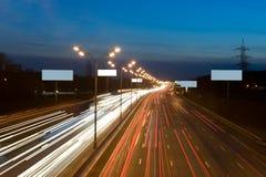 Lumières la nuit sur l'omnibus photos libres de droits