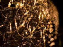 Lumières lumineuses de guirlande électrique de Noël avec le bokeh Images libres de droits