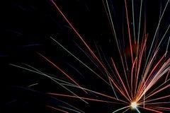 Lumières multicolores de feu d'artifice sur un fond noir Photographie stock libre de droits