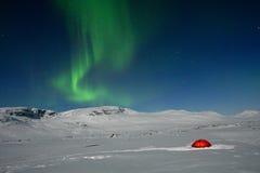 Lumières nordiques au-dessus d'une tente Photos stock