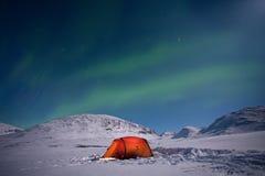 Lumières nordiques au-dessus d'une tente Images libres de droits