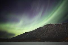 Lumières nordiques au-dessus de lac mirror près d'Anchorage AK Photographie stock