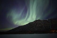 Lumières nordiques au-dessus de lac mirror près d'Anchorage AK Photos libres de droits