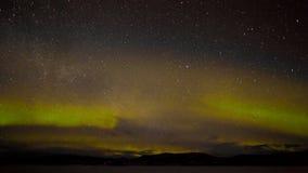 Lumières nordiques et myriade d'étoiles Image stock