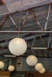 Lumières pendantes accrochantes dans un hangar rustique d'intérieur photo libre de droits