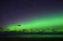 Lumières polaires d'aurora borealis au-dessus de mer Images libres de droits