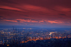 Lumières renversantes de ciel et de ville de soirée Images libres de droits
