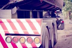 Lumières rougeoyantes de queue de camion garé Photo libre de droits