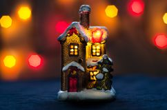 Lumières rouges de fond de bokeh de maison de Noël Photos stock