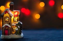 Lumières rouges de fond de bokeh de maison de Noël Image libre de droits