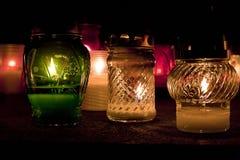 Lumières sur la tombe tout le jour de ` d'âmes Photo libre de droits