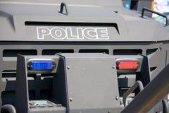 Lumières sur un véhicule de police blindé Images libres de droits