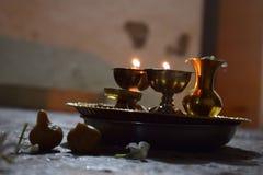 Lumières traditionnelles placées dans le plat de cuivre utilisé dans les rituels image libre de droits