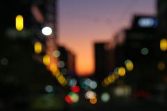 Lumières Unfocused de ville avec le coucher du soleil Images stock